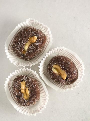 Kolačići od Kajsija i Grožđica: prosti kolačići sa složenim imenom. Samljevene kajsije i grožđice, sjedinjene sa šećerom i čokoladom, a potom ukrašene orahom.