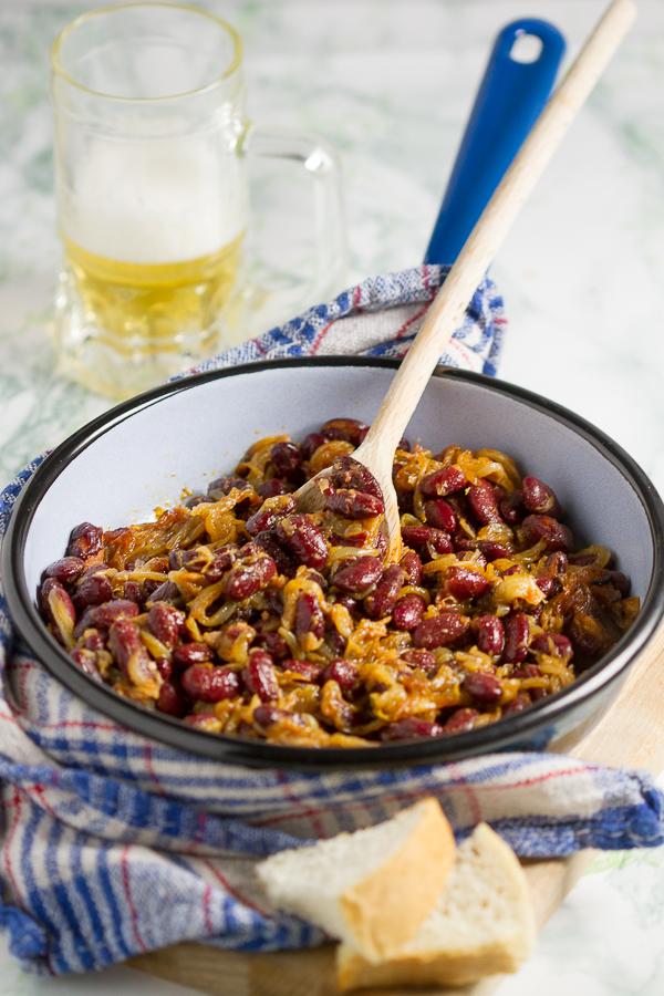 Makedonski zapečeni grah, tavče-gravče je klasik kojeg svi obožavamo. Ova jednostavna, brzinska verzija sa samo tri sastojka će vam prizvati najljepši okus u najkraće vrijeme.