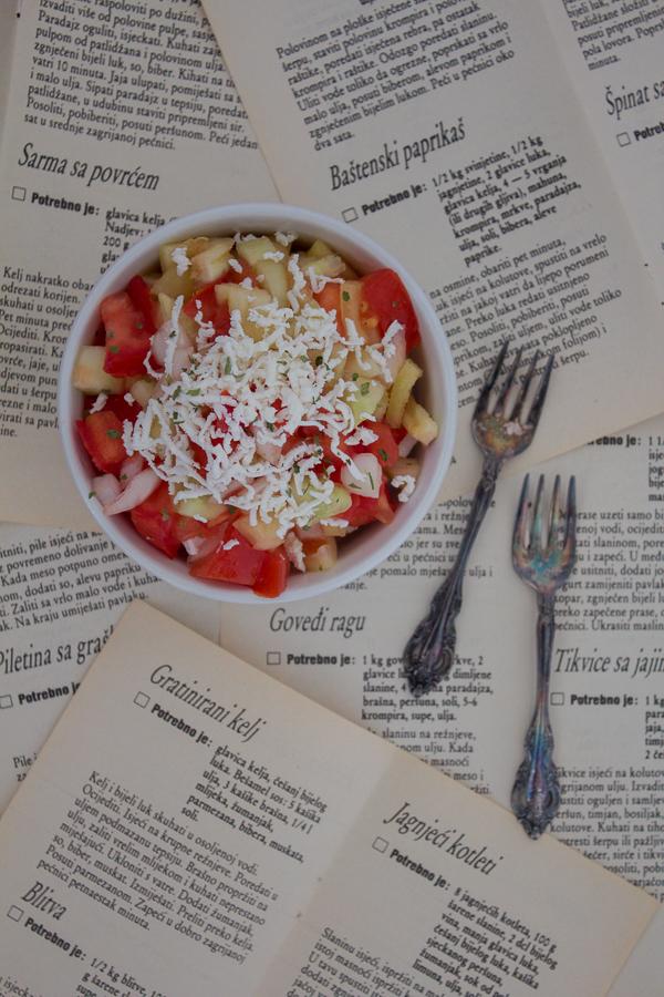 Šopska salata je lagana, proljetna salata od povrća sa ribanim sirom na vrhu. Idealna je za roštilj.