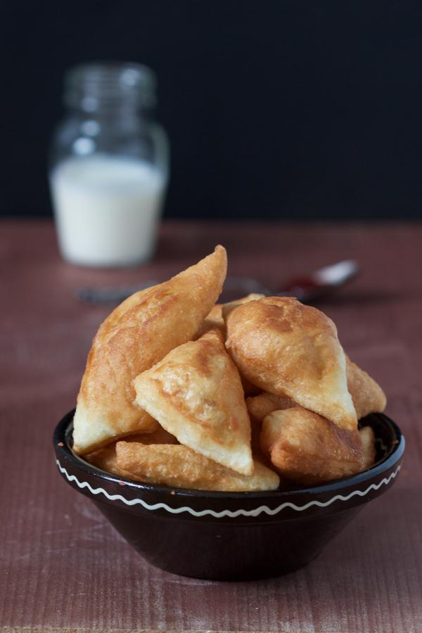 Nijedno jelo, čak ni pita, nema toliko imena kao ovi mali, prženi, balkanski hljepčići zvani peksimeti, lokumi, mekeke, uštpici, poderane gaće…