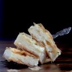 """Slagana sirnica pripada porodici balkanskih pita. Ova pita je jelo iz """"jedne tepsije."""" Pravi se tako što se kupovna jufka filuje sa filom od sireva i jaja."""