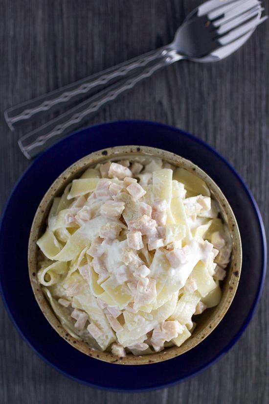 Sos od pilećih prsa je ukusna, kremasta, brza opcija kad nemate ideja za ručak. Gotova za tačno 12 minuta, biće spremna prije tjestenine. Djeca je obožavaju!