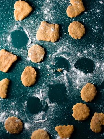 Jednostavni, vrlo ukusni kolačići od šećera. Idu savršeno uz čašu mlijeka.