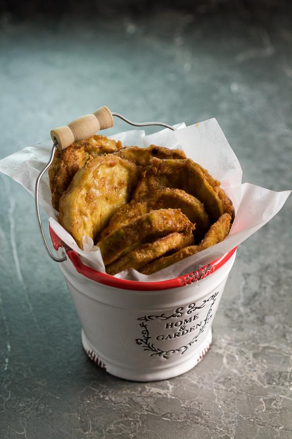 Pohovani patlidžani i tikvice: ako ste se ikad pitali kakvog su ukusa, evo vam odgovora. Ovo čvrsto, vlažno povrće, uvaljamo u brašno, pa jaje, a potom pržeimo dok ne dostignemo savršenu hrskavu mekoću.