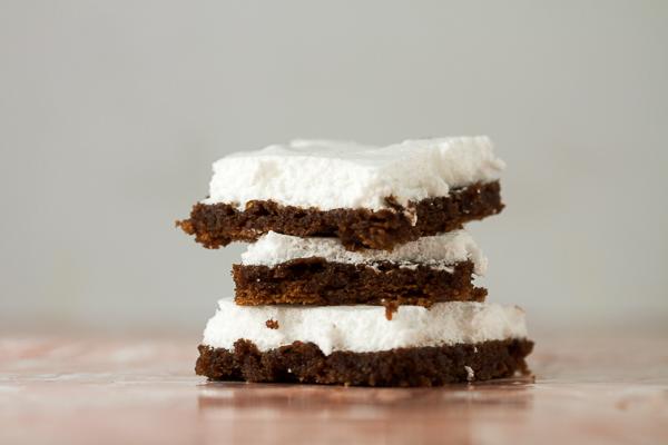 Brzi kolač od kakaoa sa glazurom od bjelanjca. Sočan i mekan, savršen dezert za vikend.