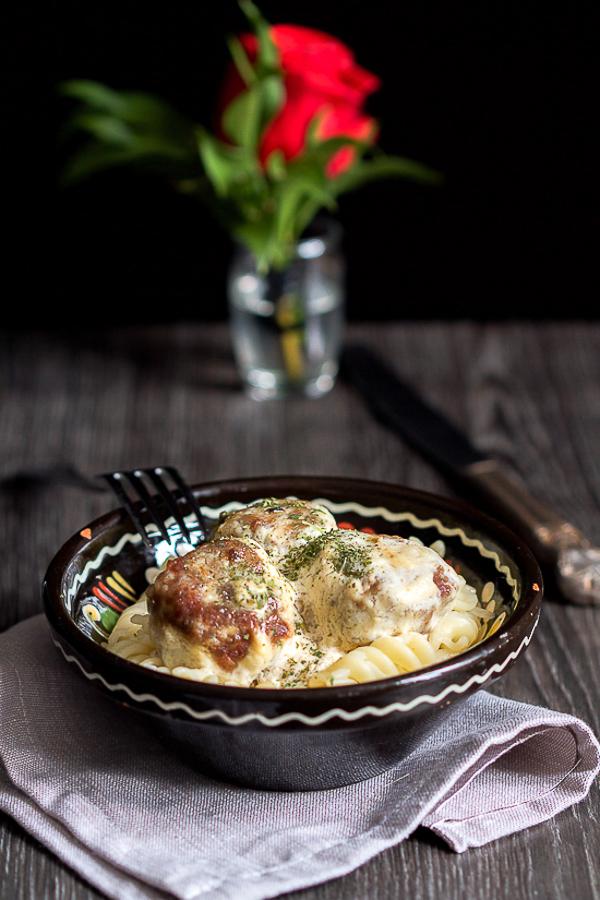 U ovom vraški laganom receptu za ćufte (ćuftete, kuglice od mesa), naučićete kako da ih napravite u kremastom bijelom sosu.
