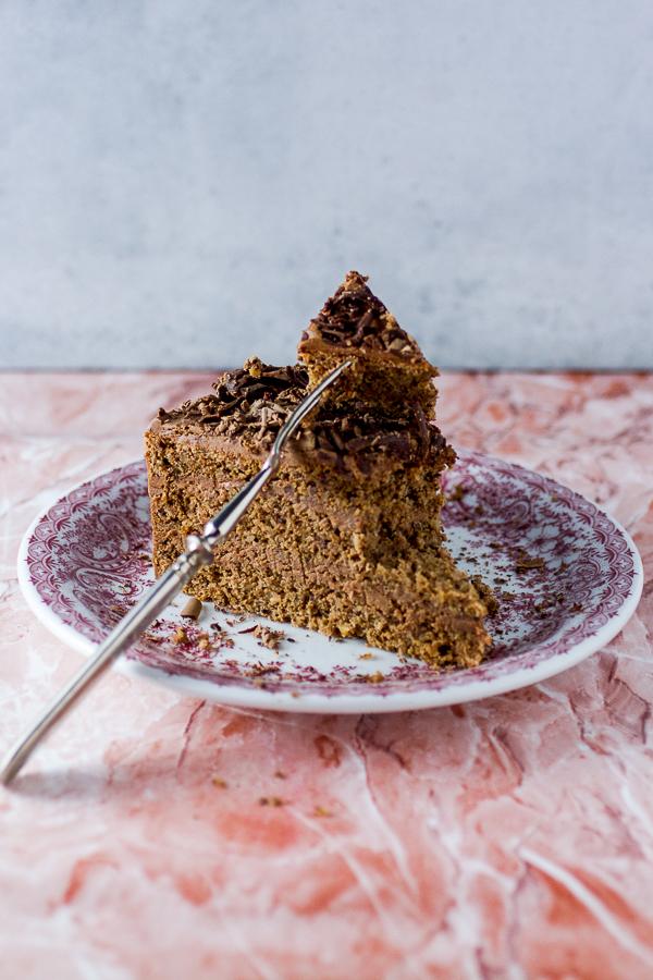 Ova čokoladna torta sa orasima je generacijski recept u našoj familiji. Recept je naslijedila mama od bake, sad je pravimo sestra i ja, a čini mi se da će i nećaka ubrzo da ga nauči. Ukus je savršen blend čokoladnog fila i sočne kore, da ćete poželjeti sakriti ovu poslasticu i ne dijelite je sa ostalima.