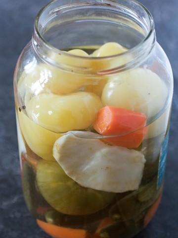 Lagani priručnik za kiseljenje salate od raznog povrća koju zovemo turšija. Možete koristiti razno povrće za turšiju, a današnja je klasična verzija u kojoj se nalazi žuti paradajz, zeleni paradajz, kupus, mrkva, korijen celera, kao i biber u zrnu.