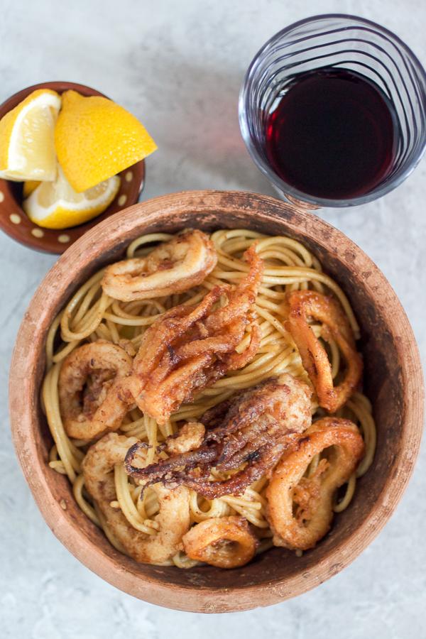 Danas prilažemo recept za dalmatinske pržene lignje, sa nadom da će se na vašem sedmičnom meniju naći i poneki morski plodovi.