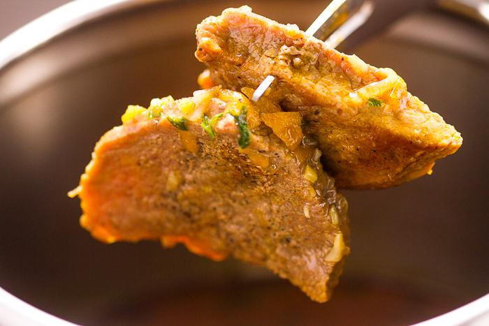 Danas je na redu Junetina u Saftu iz Pretis Lonca kuhanu u goveđoj supici prepunoj povća. Pravimo ih tako što ih brzinski bacimo na vrelo ulje da izoliramo đuseve u mesu, a zatim sastavimo sa povrćem i kuhamo u pretisu.