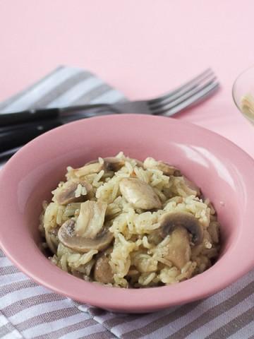 Rižoto sa gljivama u bijelom vinu je lijeni način da se napravi gozba! Danas pravimo strahovito ukusnu rižu dinstanu u vinu, završenu sa mekanim šampinjonima.