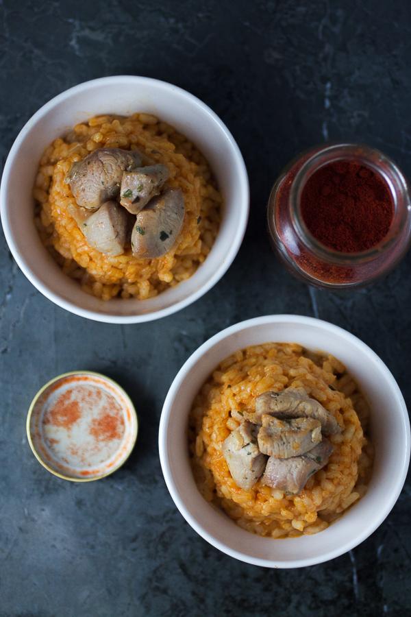 Ako volite rižu, svidjeće vam se današnji crveni pilav sa ćurećim prsima: jedinstven, ukusan, i što je najvažnije zahtjeva samo 30 minuta pripreme.