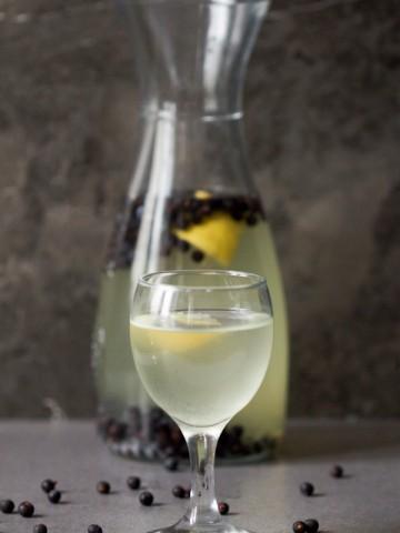 Smreka (kleka) je piće koje asocira na limunadu, pravljeno od bobičastog ploda istoimenog drveta. Savršeno da utoli žeđ tokom toplih proljetnih večeri.