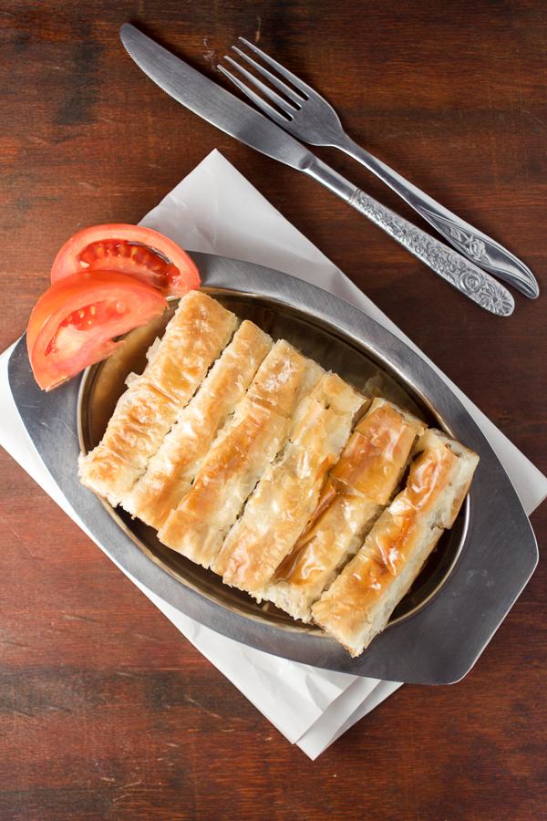 Slagani (šareni) burek od faširanog mesa i krompira spada u kategoriju pita, jela spravljenjih od tankog tijesta koji se filuje. Preuzet iz turske kuhinje tokom Osmanskog carstva, pite su postale saastavni dio balkanske, a pogotovo bosanske kuhinje. Budući da današnji burek pravimo sa kupovnim jufkama (tijestom), ovo jelo se može naći na vašoj trpezi za sat vremena.