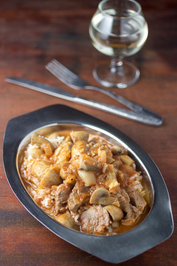 Gulaš sa gljivama je odlično jelo za koje možete koristiti i malo starije meso. Gljive dodaju nijansu divljine ovom jednostavnom varivu. Cremini gljive su korištene, ali i šampinjoni su odlična alternativa.