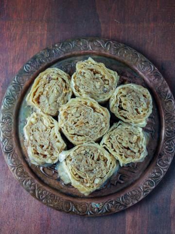 Ako ste ikada imali želju napraviti baklavu ali vam se činila prekomplikovanom, današnje ružice su savršena alternativa. Po ukusu veoma slične, a po izgledu ružice su nadmašile i samu baklavu. O da, i puno, puno, lakše se pripremaju.