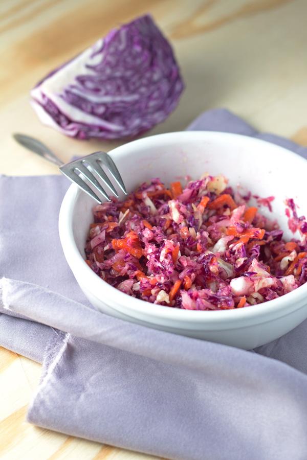 Ako ste se ikada pitali kako da ukiselite kupus (u malim količinama, dovoljnim za salatu), ovaj recept je pisan za vas! Jednostavna formula za kompleksan rezultat: odličan kupus za salatu, hranjiv i pun vitamina. A kao bonus dobijate i recept za salatu od svježeg kupusa.