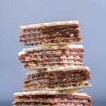 Oblatne: keksi koji se ne peku, ispunjeni sa glatkim i slatkim filom od čokolade, putra i oraha topljenim u vrućem mlijeku.