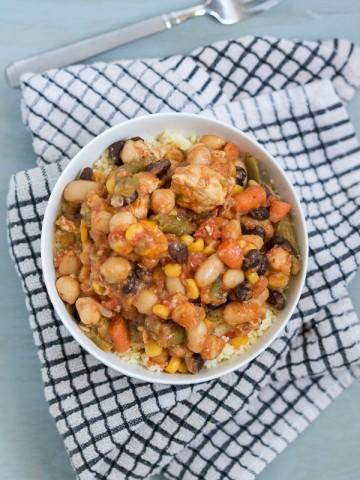 Danas zaobilazimo naš regularni program balkanske kuhinje i idemo pravo za istok, u zonu kuskusa da pravimo kuskus sa umakom (sosom) od piletine i povrća.