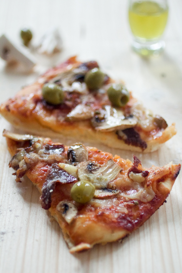 Danas pravimo sarajevsku picu, neobičnu, ali vrlo ukusnu. Ako imate da odvojite jedan sat vremena za kuhanje, i ako ste raspoloženi da pravite jelo za više osoba odjednom, ovo je sjajan izbor.